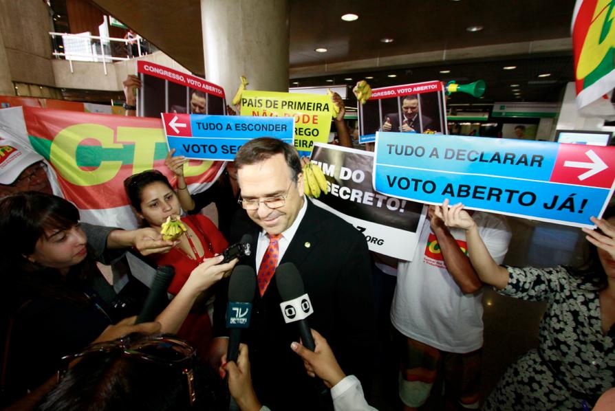 Deputado Sandro Mabel (PMDB-GO) é cercado por ativistas e pela imprensa